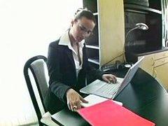 אנאלי תחת עבודה ידנית במשרד מזכירות