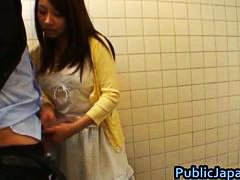 אסיאתיות יפניות צעירות מציצות