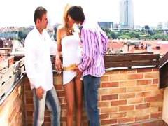 ثنائيو الجنس خولات حفلة نيك ثلاثى خارج المنزل