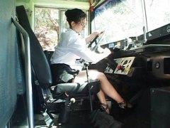 אנאלי בחור צעיר באוטובוס בית ספר