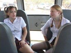 זין גדול בלונדיניות מציצות ברונטיות באוטובוס