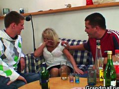 Blond Blowjob Couch Betrunken Granny