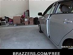 გოგონა ქერა დიდ მკერდიანი მანქანა