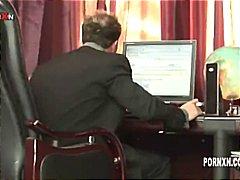 אנאלי פטיש יד לכוס במשרד יד לכוס