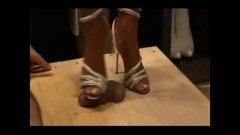 שליטה נשית פטיש כפות רגליים עקבים מבוגרות