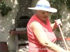 תחת מציצות סבתות מבוגרות בחוץ