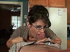 מציצות ברונטיות זין משקפיים עקרת בית