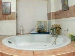 אנאלי תחת אמבטיה בלונדיניות מציצות