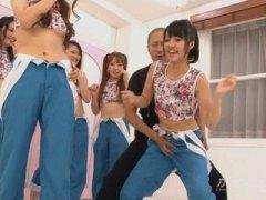 אסיאתיות מציצות גמירות בפנים קבוצתי יפניות
