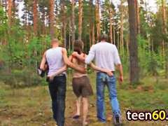 חזה גדול קבוצתי הרדקור בחוץ צעירות
