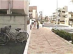 אסיאתיות יפניות בחוץ ציבורי