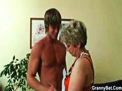 בלונדיניות בחור צעיר שמנמנות סבתות מבוגרות