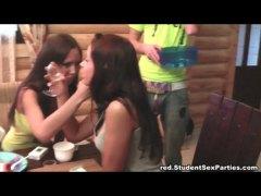 בלונדיניות קבוצתי מסיבה סטודנטיות צעירות
