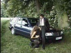 გოგონა ნაშა შავგრემანი მანქანა