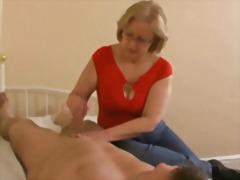 אמא צעירות עם מבוגרים גמירות עבודה ידנית