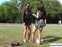 בחורה לסביות ליקוק בחוץ ציבורי