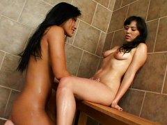 אסיאתיות לסביות מקלחת