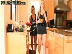 בלונדיניות פטיש מטבח לסביות פוסי