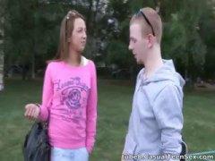 הרדקור פטמות ג'ינג'יות מגולחות צעירות