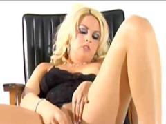 Blondid Dildo Soolo Pritsimine Masturbeerimine