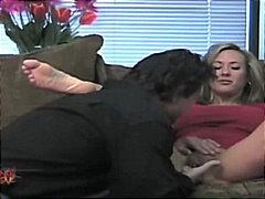 חובבניות מציצות ספה זוג גמירות בפנים