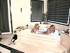 გოგონა აბაზანა ქერა პირში აღება