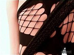 उन्नत वक्ष कपड़ों में नकली लंड