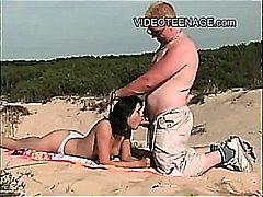 חוף מציצות ברונטיות ראשון בחורה