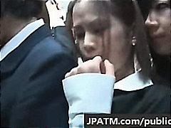 אסיאתיות תחת סינוור יפניות בחוץ