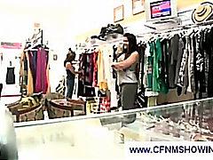Amateur Dona Vestida Home Despullat Palla Estirant Masturbació