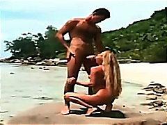 אנאלי תחת חוף ביקיני בלונדיניות