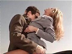 בלונדיניות מציצות זוג גמירה על הפנים ביגוד תחתון