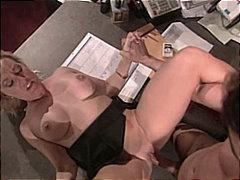 בלונדיניות מציצות זוג במשרד כוכבות פורנו