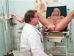 בלונדיניות רופא פטיש גיניקולוג מציאותי