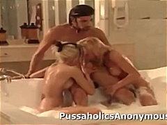 אמבטיה בלונדיניות מציצות קרוב גמירות
