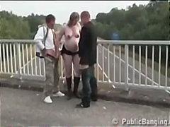 בלונדיניות מציצות פטיש אישה ושני גברים ציבורי