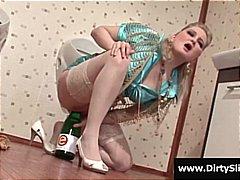 בלונדיניות גמירה המונית דרך חור בקיר אוננות אמבטיה