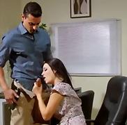 מציצות ברונטיות במשרד מתחת לחצאית יפות