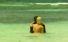 პლაჟი რასებს შორის ქერა შავი