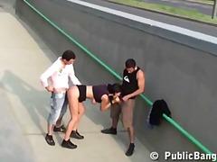 בחורה ציבורי שלושה משתתפים צעירות