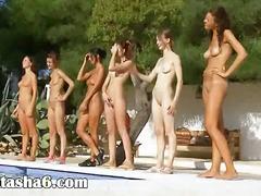 בחורה לסביות עירום בחוץ בריכה