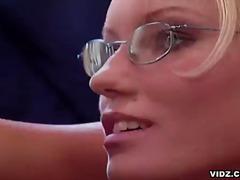 בלונדיניות מציצות משקפיים הרדקור במשרד