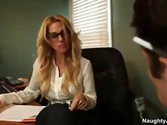 בלונדיניות ציצים גדולים משקפיים במשרד כוכבות פורנו