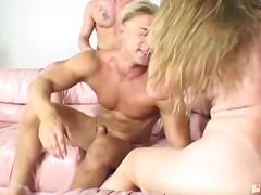 სექს-სამეული მოყვარული პირში აღება