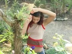 Бринета Девојче Лезбејки Во Двор Тинејџери