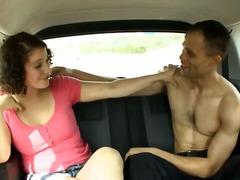 გოგონა შავგრემანი მანქანა წყვილი