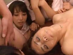 აზიელი გოგონა პირში აღება