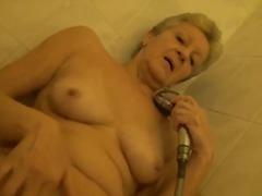 סבתות אוננות מקלחת