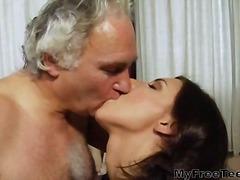 ברונטיות פוסי צעירות מבוגרות נשיקות