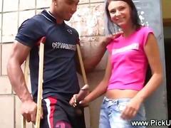 ברונטיות אוראלי ציבורי צעירות בחוץ